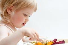 λατρευτό μωρό που τρώει τα φρέσκα λαχανικά κοριτσιών Στοκ φωτογραφία με δικαίωμα ελεύθερης χρήσης