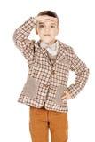 Λατρευτό νέο ευτυχές αγόρι πορτρέτου που εξετάζει τη κάμερα που απομονώνεται επάνω Στοκ Εικόνες