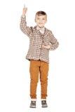 Λατρευτό νέο ευτυχές αγόρι πορτρέτου που εξετάζει τη κάμερα που απομονώνεται επάνω Στοκ Εικόνα