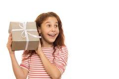 Λατρευτό νέο κορίτσι με ένα χριστουγεννιάτικο δώρο στοκ εικόνες