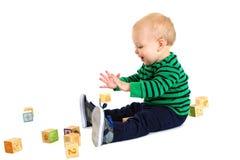 Λατρευτό νέο παιχνίδι αγοριών μικρών παιδιών με τους φραγμούς παιχνιδιών στοκ φωτογραφία με δικαίωμα ελεύθερης χρήσης