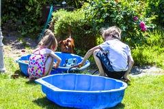 Λατρευτό παιχνίδι μικρών κοριτσιών και αγοριών σε ένα Sandbox στοκ εικόνες με δικαίωμα ελεύθερης χρήσης