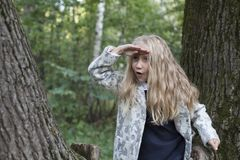 Λατρευτό παιχνίδι μικρών κοριτσιών στο ξύλο Στοκ Φωτογραφία