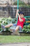 Λατρευτό παιχνίδι μικρών παιδιών με την πετώντας αλεπού Στοκ Φωτογραφίες