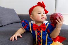 Λατρευτό παιδί με το μήλο στοκ φωτογραφίες