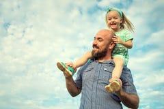 Λατρευτό πορτρέτο κορών και πατέρων, ευτυχής οικογενειακή έννοια στοκ εικόνες