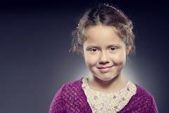Λατρευτό πρόσωπο ενός κοριτσιού με τη σγουρή τρίχα Στοκ Φωτογραφίες