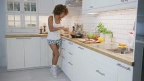 Λατρευτό πρότυπο που χορεύει ευτυχώς μαγειρεύοντας απόθεμα βίντεο