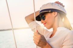 Λατρευτό πρότυπο φορώντας καπέλο ναυάρχων θάλασσας και προκλητική κορυφή στο ηλιοβασίλεμα Στοκ Φωτογραφία