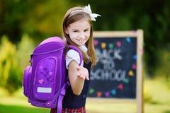 Λατρευτό συναίσθημα μικρών κοριτσιών που διεγείρεται για να πάει πίσω στο σχολείο στοκ φωτογραφία με δικαίωμα ελεύθερης χρήσης