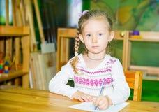 Λατρευτό σχέδιο κοριτσιών παιδιών με τα ζωηρόχρωμα μολύβια στο δωμάτιο βρεφικών σταθμών Παιδί στον παιδικό σταθμό στην προσχολική Στοκ Εικόνες