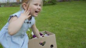 Λατρευτό τράβηγμα μικρών κοριτσιών cardbox με τα λουλούδια απόθεμα βίντεο