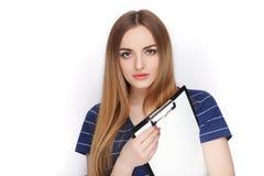 Λατρευτό φρέσκο να φανεί ξανθή γυναίκα στον μπλε φάκελλο συνδετήρων εκμετάλλευσης μπλουζών Επιχειρησιακή ιδέα και έννοια συγκίνησ Στοκ Εικόνες