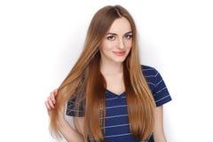 Λατρευτό φρέσκο να φανεί ξανθή γυναίκα στον μπλε φάκελλο συνδετήρων εκμετάλλευσης μπλουζών Επιχειρησιακή ιδέα και έννοια συγκίνησ Στοκ φωτογραφία με δικαίωμα ελεύθερης χρήσης