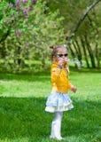 λατρευτό φυσώντας κορίτσι φυσαλίδων λίγο σαπούνι Στοκ Εικόνες