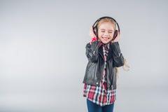 Λατρευτό χαμογελώντας κορίτσι με τις ιδιαίτερες προσοχές που φορούν τα ακουστικά Στοκ φωτογραφίες με δικαίωμα ελεύθερης χρήσης