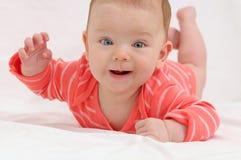 Λατρευτό χαριτωμένο μικρό κορίτσι με τα μεγάλα μπλε μάτια και το ευρύ παιχνίδι χαμόγελου Στοκ Εικόνες