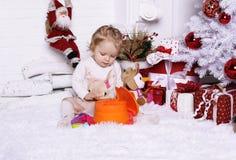 Λατρευτό χαριτωμένο μικρό κορίτσι με την τοποθέτηση ξανθών μαλλιών εκτός από Christma Στοκ Εικόνες