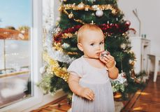 Λατρευτό 1χρονο κοριτσάκι που απολαμβάνει τα Χριστούγεννα Στοκ Φωτογραφίες
