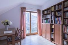 Λατρευτό δωμάτιο ανάγνωσης για τους εραστές βιβλίων Στοκ φωτογραφία με δικαίωμα ελεύθερης χρήσης