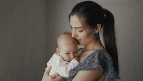 Λατρευτό όμορφο νεογέννητο μωρό στα χέρια μητέρων απόθεμα βίντεο