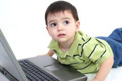 λατρευτό lap-top υπολογιστών αγοριών Στοκ φωτογραφίες με δικαίωμα ελεύθερης χρήσης