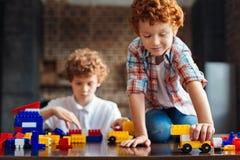 Λατρευτό redhead παιχνίδι αγοριών με το σύνολο κατασκευής Στοκ Φωτογραφίες