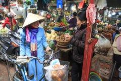 Λαχανικά αγοράς γυναικών σε μια τοπική αγορά στο Ανόι, Βιετνάμ Στοκ Εικόνες