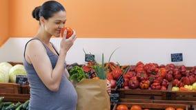 Λαχανικά αγοράς εγκύων γυναικών απόθεμα βίντεο