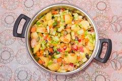 Λαχανικά για το μαγείρεμα ενός ratatouille στο saucepot Στοκ Φωτογραφίες