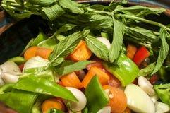 Λαχανικά για το μαγειρευμένο πιάτο στο δοχείο αργίλου Στοκ εικόνα με δικαίωμα ελεύθερης χρήσης