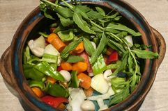 Λαχανικά για το μαγειρευμένο πιάτο στο δοχείο αργίλου Στοκ Φωτογραφίες