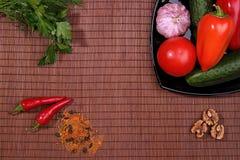 Λαχανικά και καρυκεύματα στο πιάτο στον πίνακα, τοπ άποψη Στοκ Εικόνες
