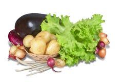 Λαχανικά και πρασινάδα με το καλάθι Στοκ εικόνες με δικαίωμα ελεύθερης χρήσης