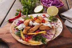 Λαχανικά και σάλτσα fajitas κοτόπουλου στα μεξικάνικα tortilla tacos Στοκ φωτογραφία με δικαίωμα ελεύθερης χρήσης