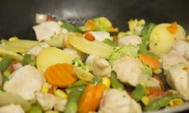 Λαχανικά και στήθος κοτόπουλου στο μεταλλικό πιάτο στοκ εικόνα με δικαίωμα ελεύθερης χρήσης