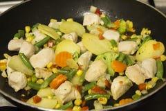 Λαχανικά και στήθος κοτόπουλου στο μεταλλικό πιάτο στοκ φωτογραφία με δικαίωμα ελεύθερης χρήσης