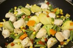 Λαχανικά και στήθος κοτόπουλου στο μεταλλικό πιάτο στοκ εικόνες