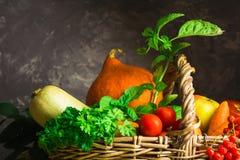 Λαχανικά και φρούτα πτώσης στο καλάθι Στοκ εικόνες με δικαίωμα ελεύθερης χρήσης