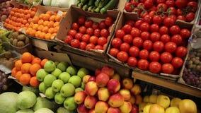 Λαχανικά και φρούτα στα ράφια της αγοράς απόθεμα βίντεο