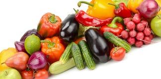 Λαχανικά και φρούτα σωρών φρέσκα που απομονώνονται στο άσπρο υπόβαθρο Στοκ Εικόνες