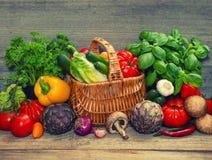 Λαχανικά και χορτάρια στο ξύλινο υπόβαθρο συστατικά τροφίμων ακατέρ&g στοκ εικόνα με δικαίωμα ελεύθερης χρήσης
