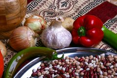 Λαχανικά και όσπρια, πράσινο και κόκκινο papper, κρεμμύδι, σκόρδο στον αυθεντικό επιτραπέζιο χάρτη Στοκ Εικόνες