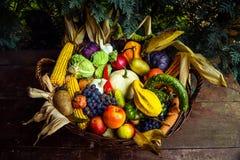 λαχανικά καρπών καλαθιών Στοκ φωτογραφία με δικαίωμα ελεύθερης χρήσης