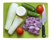 Λαχανικά, κρέας και μαχαίρι σε έναν πίνακα Στοκ Φωτογραφίες