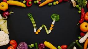 Λαχανικά που γίνονται το γράμμα W στοκ φωτογραφίες