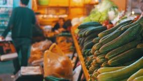 Λαχανικά προθηκών Μετρητής με τα λαχανικά στην αγορά τροφίμων φιλμ μικρού μήκους