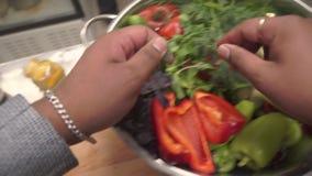 λαχανικά προϊόντων φρέσκιας αγοράς γεωργίας συνδετήρας Ο μάγειρας βάζει τον άνηθο σε ένα πιάτο απόθεμα βίντεο