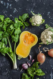 Λαχανικά πτώσης σε ένα σκοτεινό υπόβαθρο - κολοκύθα, κουνουπίδι, σέλινο, κρεμμύδι, σκόρδο Στοκ φωτογραφία με δικαίωμα ελεύθερης χρήσης