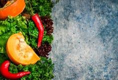 Λαχανικά πτώσης στο υπόβαθρο μπλε πετρών Στοκ Φωτογραφίες